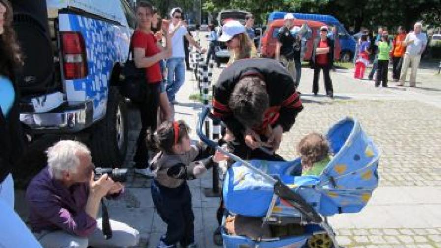 Протест на родители: Не сме доставчици на храна