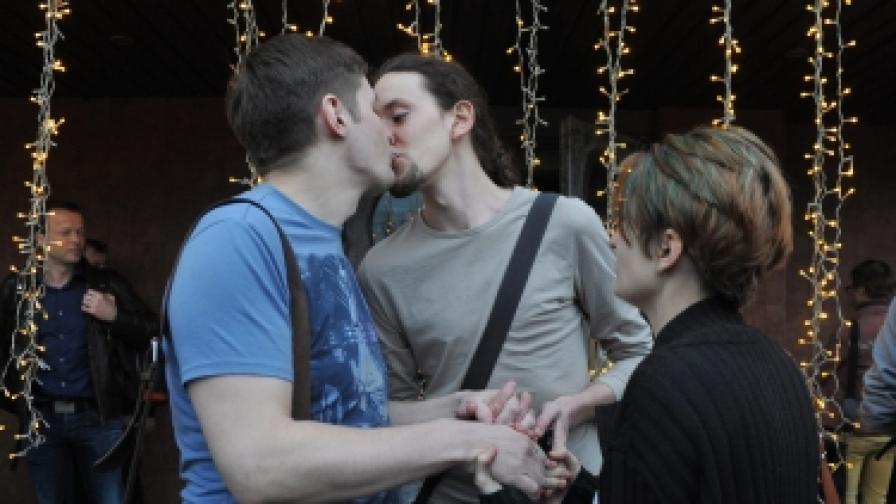 Руски хомосексуални младежи се целуват демонстративно при откриването на филмовия гей фестивал Side by side в Москва (снимка от 26 април 2012 г.)