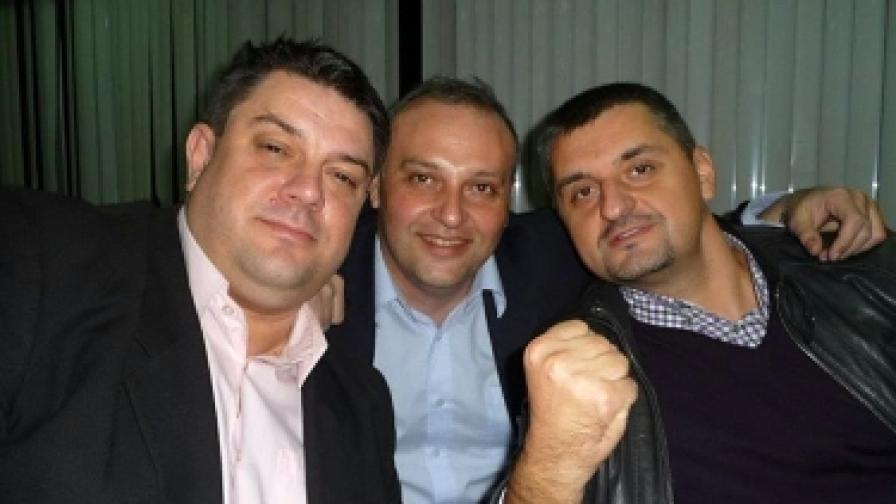 Мартин Славов (в центъра) със съпартийците си Атанас Зафиров (л) и Кирил Добрев (д)