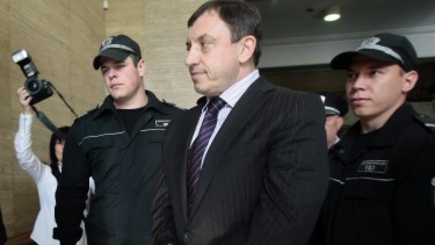 Алексей Петров остава в ареста