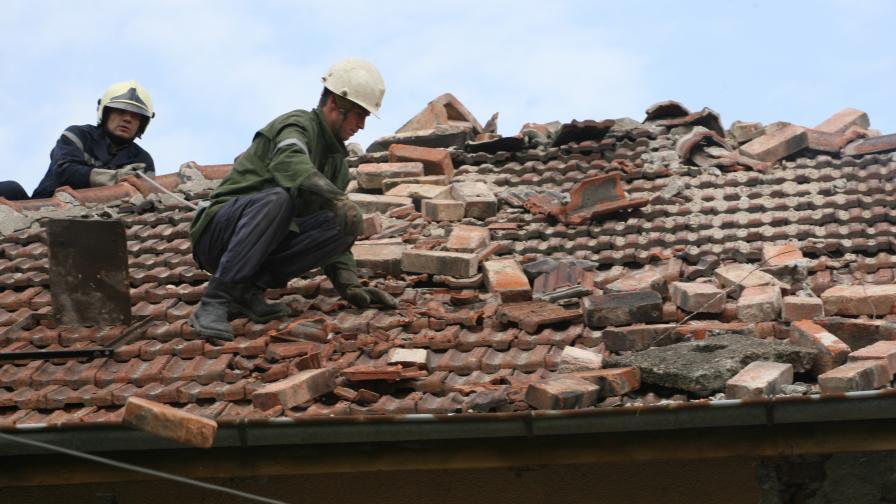 Възстановителните работи след трусовете в Перник продължават