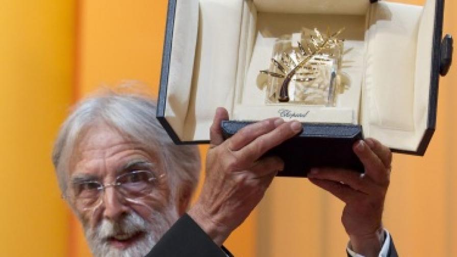 Михаел Ханеке позира със Златната палма на кинофестивала в Кан