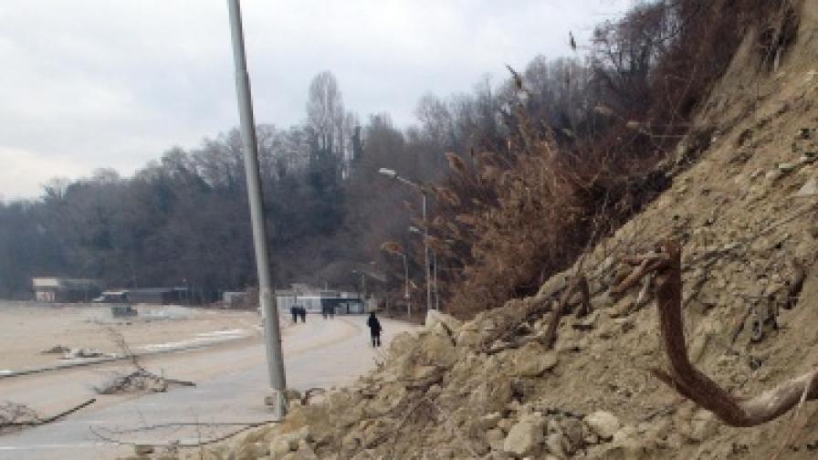 """Голяма скална маса падна в прохода """"Петрохан"""""""