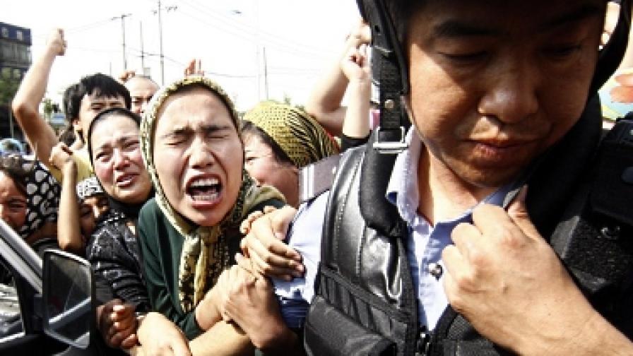 Учители се пазят от полицията с експлозиви