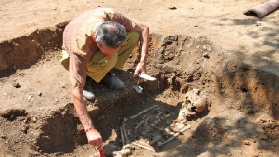 Архeолози откриха погребение с ритуал против вампирясване