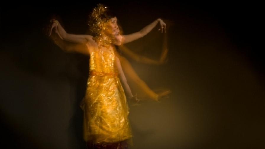 Танцьори от остров Бали – част от фотографиите на Саймън Люис