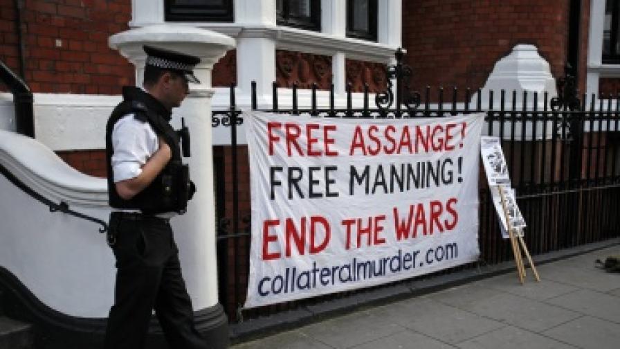 """Плакат пред посолството на Еквадор в Лондон призовава: """"Освободете Асандж! Освободете Манинг! Спрете войните!"""""""