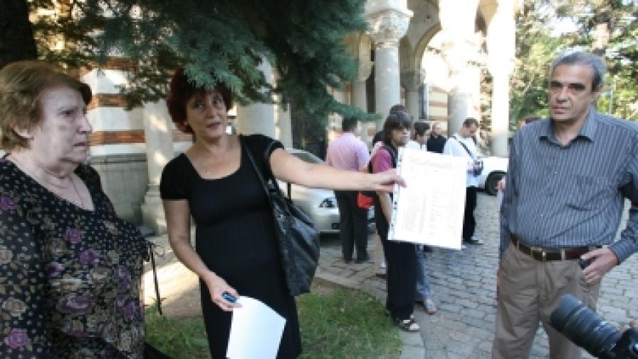 """Писателката Емилия Дворянова показва събраните в интернет за три дни над 700 подписа под петицията срещу връчваното незаконно църковно отличие """"архонт"""" на съмнителни търговци"""