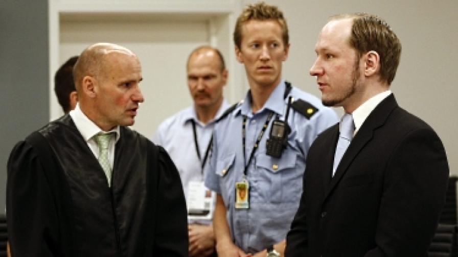 Брайвик (вдясно) в съда