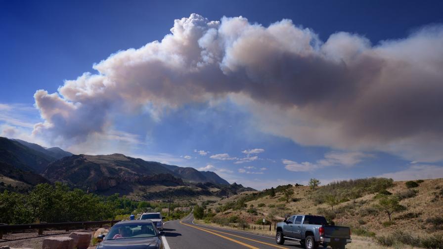 Още се борят с един от най-големите горски пожари в Колорадо от десетилетие насам