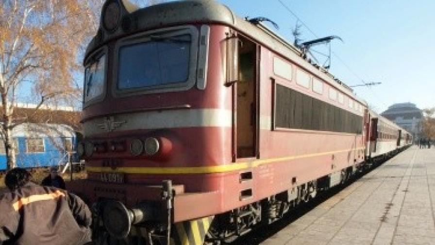 Влак помете кола на жп прелез, загинаха майка и дете