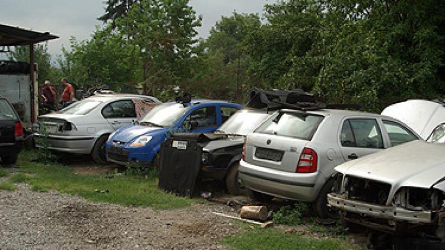 Намериха 7 крадени коли в имоти на криминално проявен перничанин