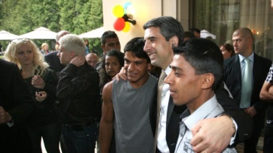 """Президентът и ПОК """"Доверие"""" помагат на младежи от домове за ВУЗ"""