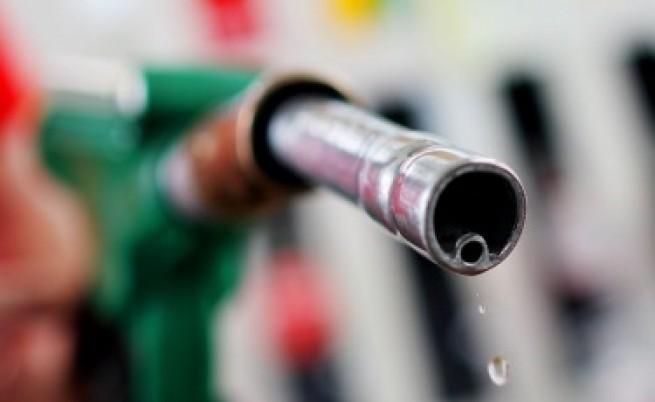 Цената на петрола се срина, пада ли бензинът в България