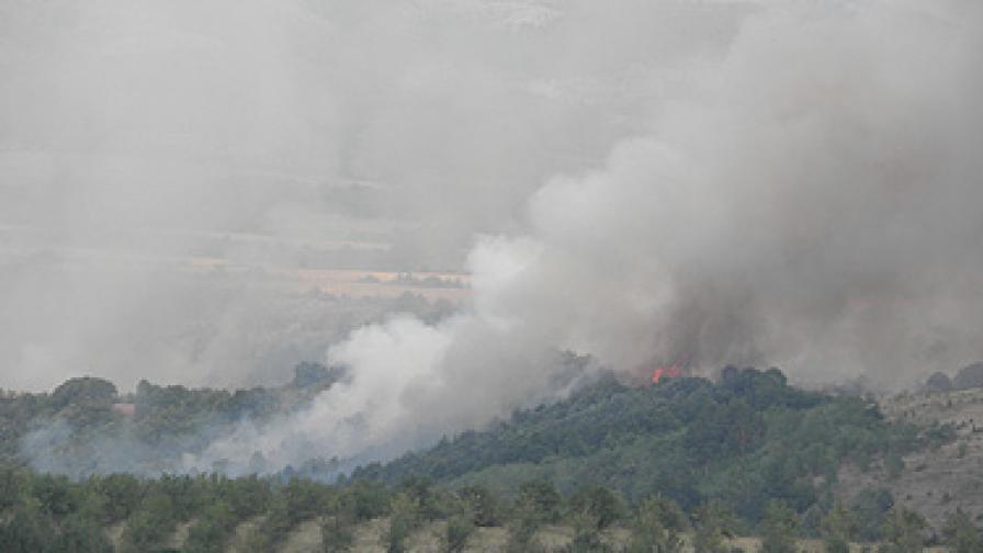 Фронтът на пожара до Дупница достигна 3 км