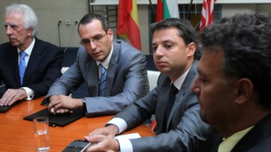 Договорът с американската компания бе подписан в МИЕТ в присъствието на министър Делян Добрев