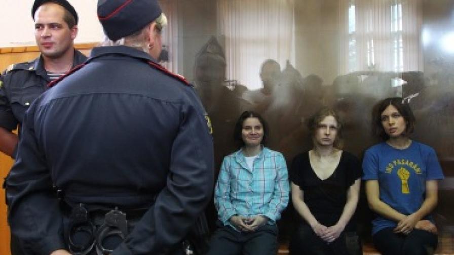 """В ново видео """"Пуси райът"""" изгориха портрет на Путин"""
