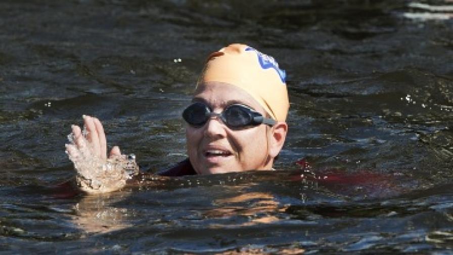 Холандската принцеса Максима плува в амстердамските канали