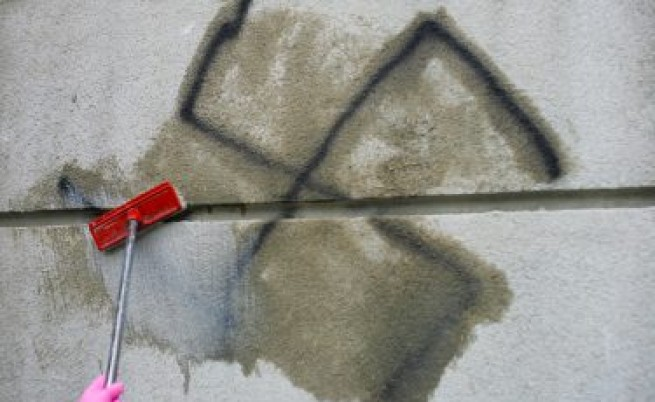 Младежи чистят омразата от стените в София