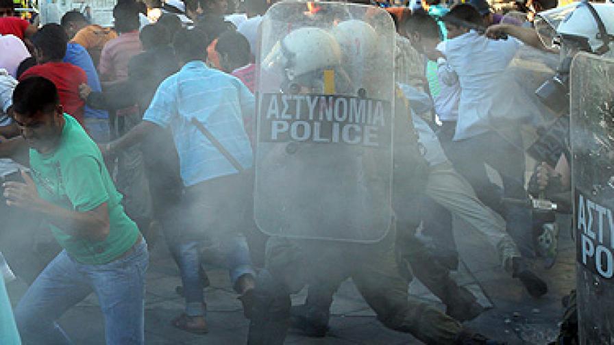 Малки групи от демонстрантите започнаха да замерят полицаите с камъни