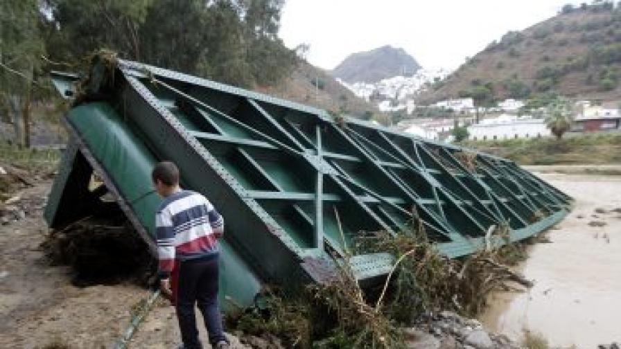 Придошлите води са срутили мост в Алога, близо до Малага в Южна Испания