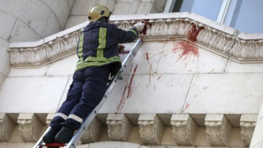 Следобед пожарникар взе проби от петната по фасадата