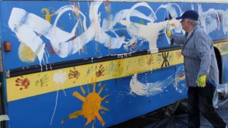 Водещ италиански художник изрисува тролей в София