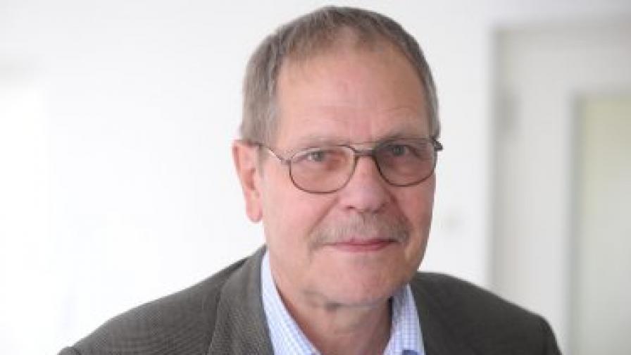 Проф. Клаус Оффе преподава политическа социология в престижното висше училище по политически науки Hertie School of Governance в Берлин