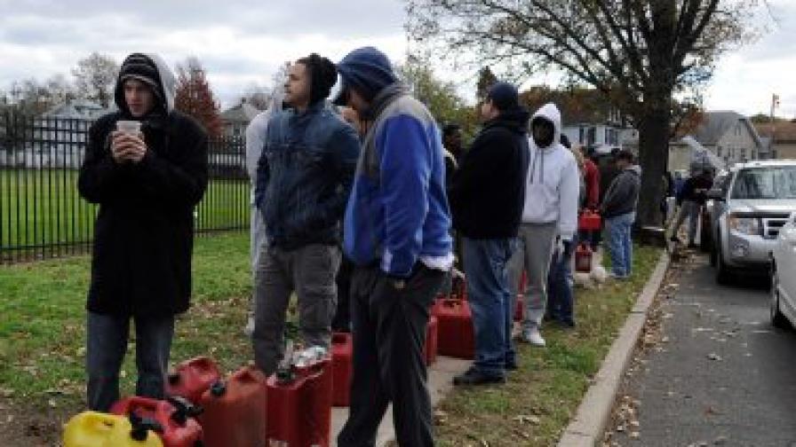 В Ню Йорк хората могат да си налеят безплатно в туби по 40 литра бензин