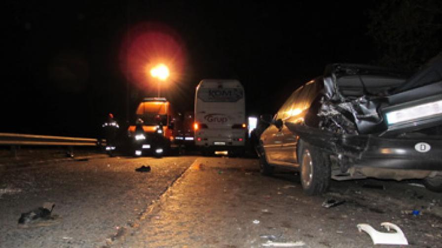 Автобус удари коли, спрели да помогнат на блъснат пешеходец