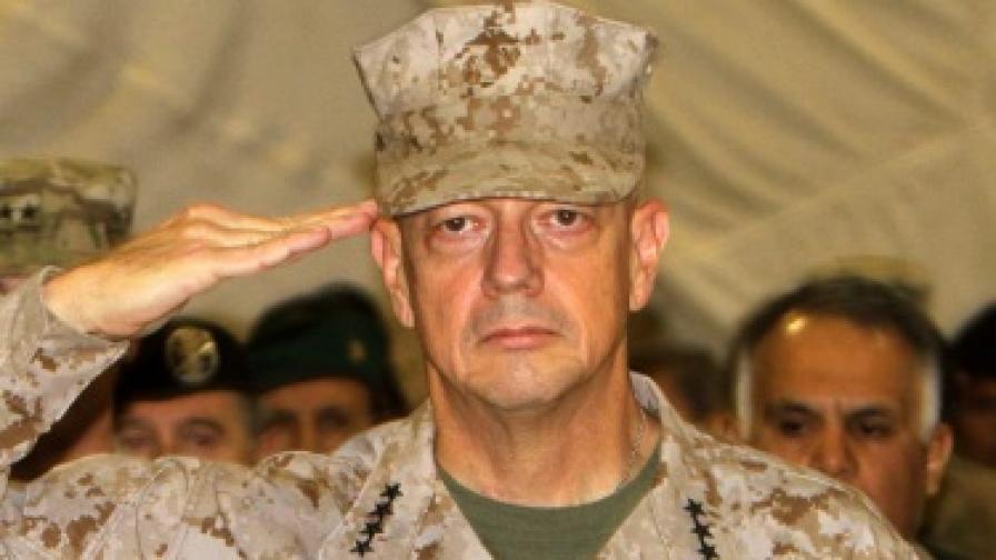 Командващият американските части в Афганистан генерал Джон Алън