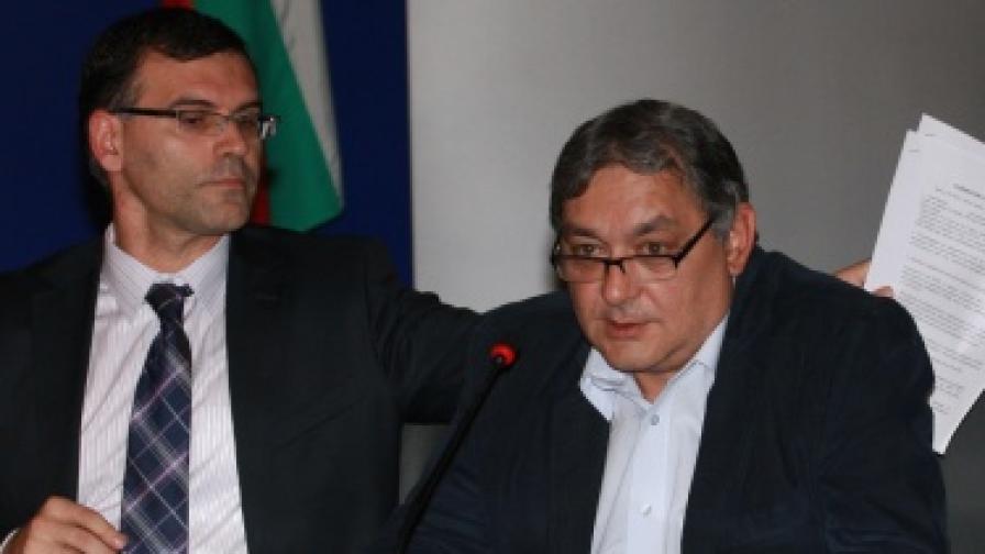 Симеон Дянков и Цветан Райчинов на 6 октомври 2010 г., когато беше подписано споразумение за финансирането на здравния сектор