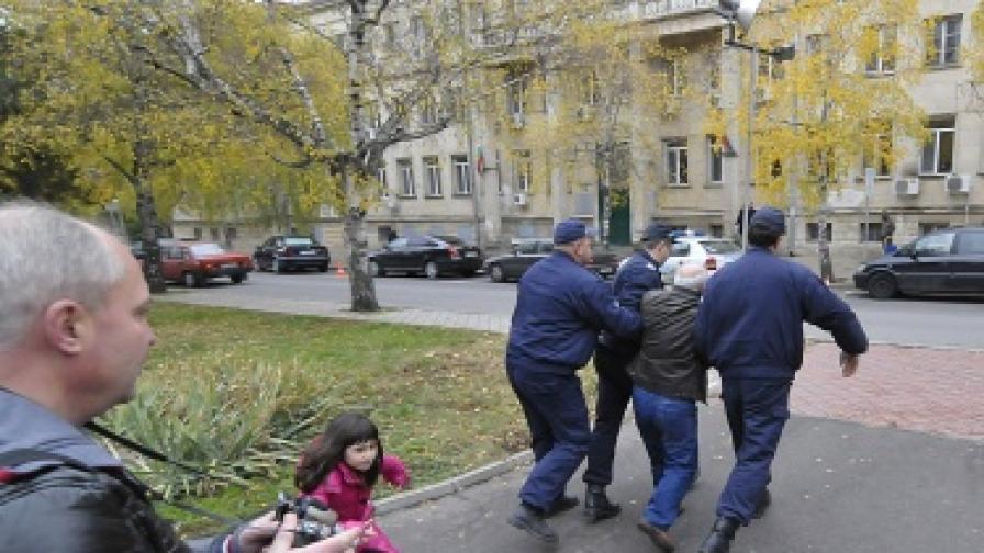 Граждани недоволстват срещу оправдателни присъди за кмета на Попово