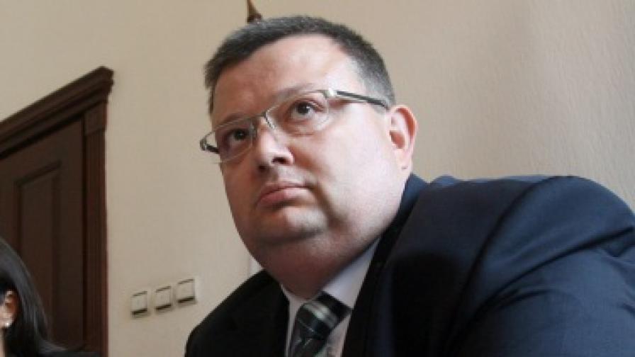 Цацаров отрече да е получавал имот дарение
