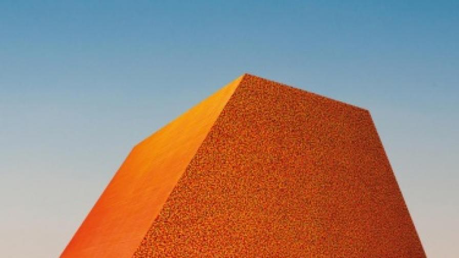 Кристо се готви да издигне най-голямата скулптура в света от 400 000 петролни варела