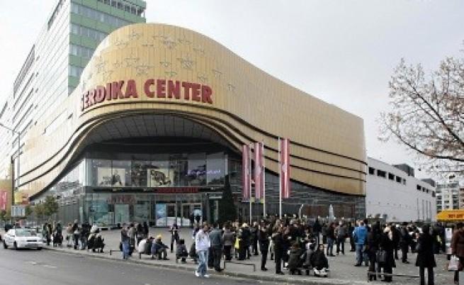 Сигнал за бомба отново затвори мол