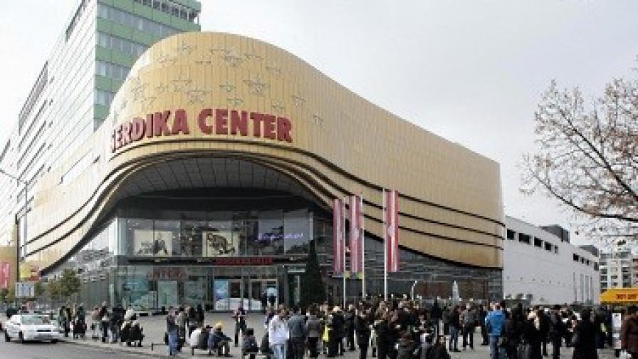 """Сигнал за бомба отново затвори мол """"Сердика"""""""