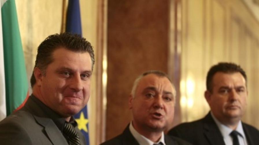 Димитър Карбов (л), Валентин Николов (ц) и Огнян Тетимов внесоха в парламента кандидатурата на Галя Гугушева, предложена от СДС за конституционен съдия