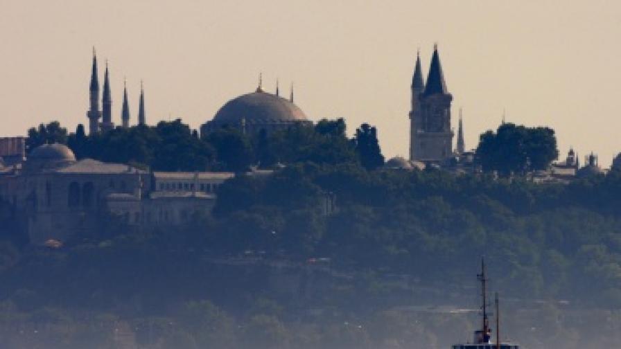 Кораб потъна край Истанбул заради лошото време