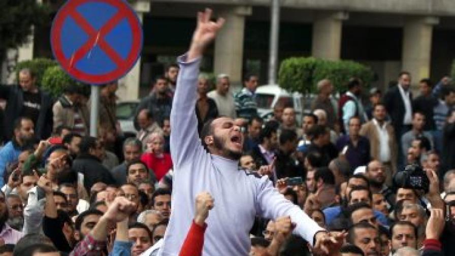 Танкове пред президентския дворец в Кайро