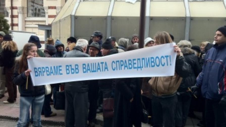 Около 50 души се събраха пред сградата на САС в очакване на решението относно иска за отмяна на Наредбата за паркиране в центъра на София