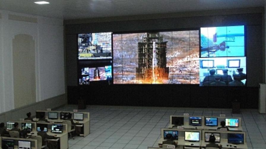 Севернокорейски учени и техници наблюдават изстрелването на ракетата