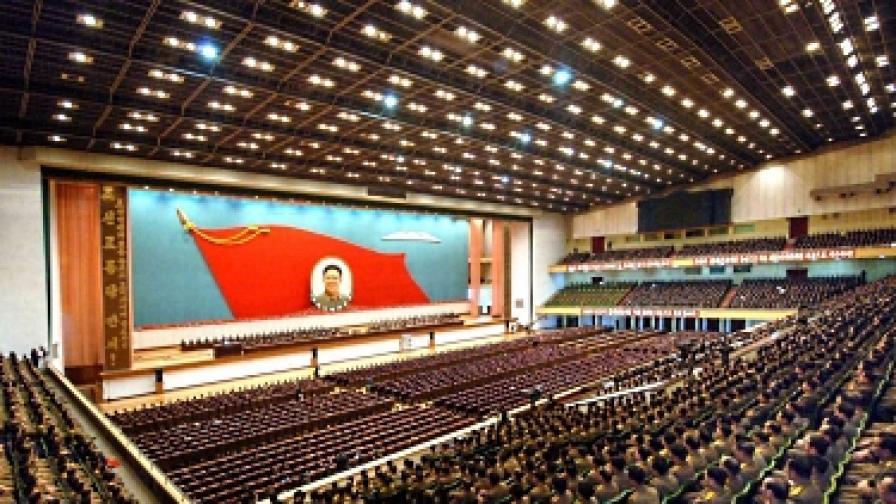 В КНДР почетоха паметта на Ким Чен-ир и показаха мумията му