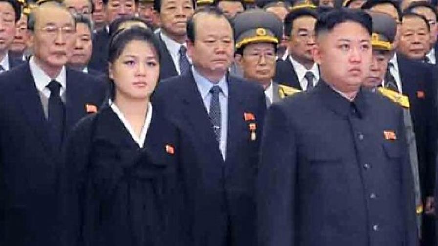 И Сол-джу (вляво) и Ким Чен-ун на траурната церемония по случай годишнината от смъртта на баща му Ким Чен-ир