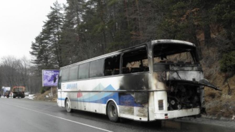 Автобус се запали в движение и изгоря край Разлог