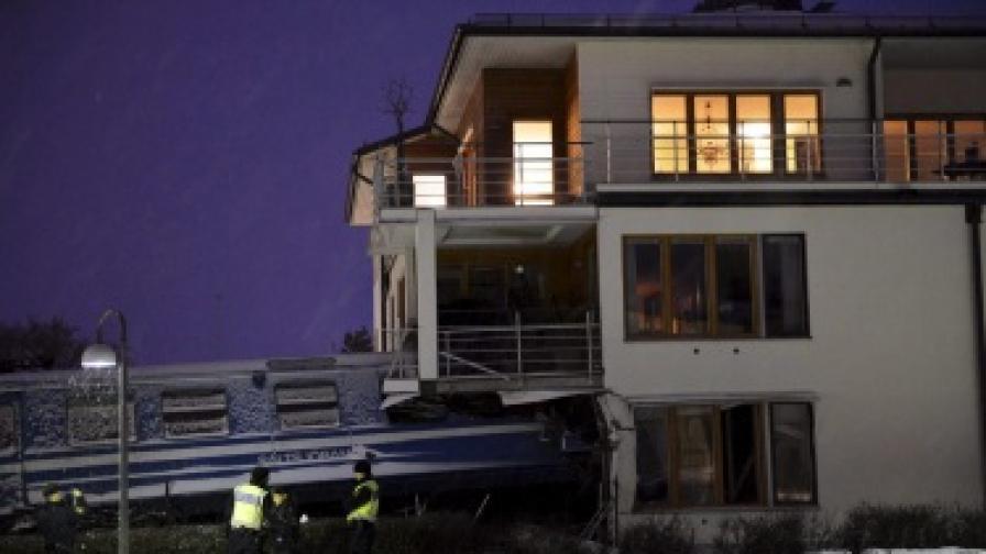Жена открадна влак и се блъсна в сграда в Швеция
