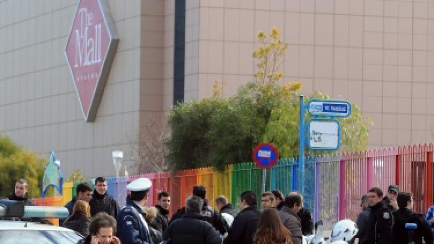 Взрив рани двама в мол близо до Атина
