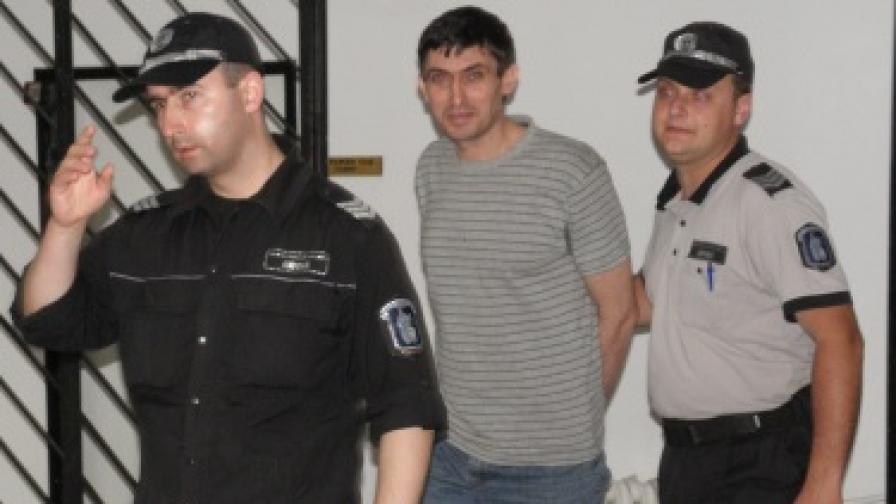 Безпаричие отложи делото срещу Костадин Тасев, блудствал със сина си