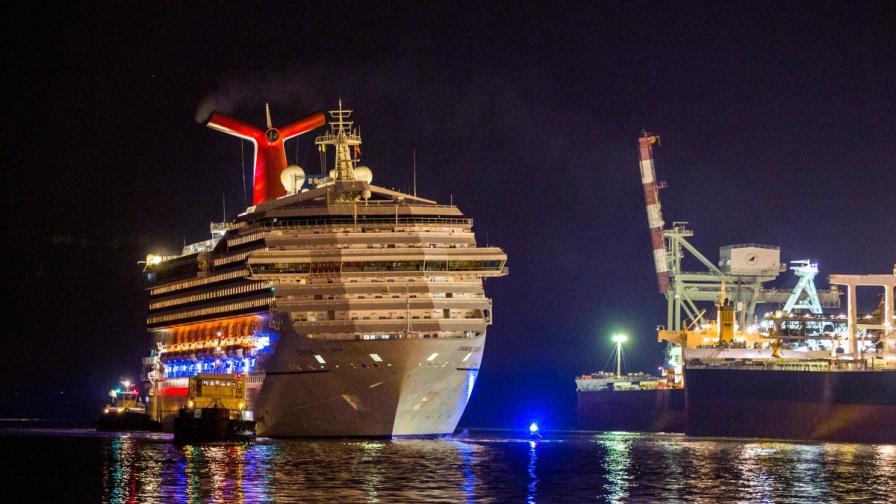 """""""Карнавал Триумф"""" с 4229 души на борда се добра до брега"""
