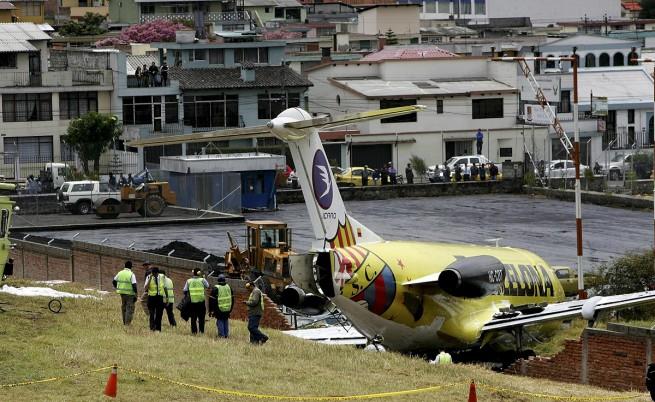 Затварят най-опасното летище на света